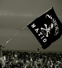 Kenny-Chesney-No-Shoes-Nation-Tour-Pirate-Flag-CountryMusicRocks.net_